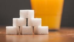 Zucker in Lebensmitteln: 14 Stück Würfelzucker in Orangenlimonade