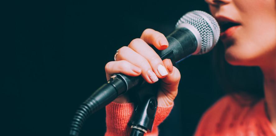 Singen statt Klatschen: Zahnärztin dankt ihren Patienten