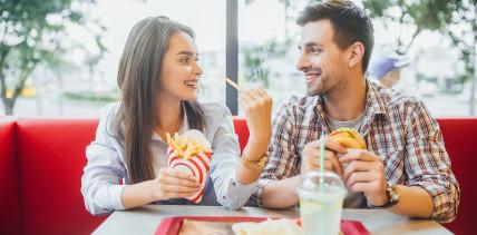 Deutsche geben mehr Geld für Fast Food als für Zahngesundheit aus