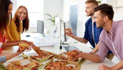 Studie zu langen Arbeitszeiten offenbart: Überstunden machen dick