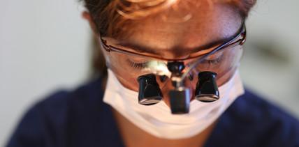 Studie zeigt, viele Zahnärzte tragen ihre Lupenbrillen falsch