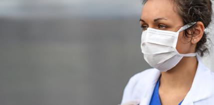 Mitarbeiterin infiziert Patienten mit Coronavirus: Wer haftet?