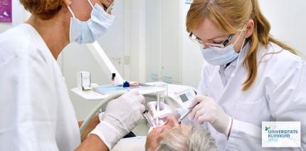 UKJ-Zahnärztin forscht nach: Zahnlos im Alter – das war einmal
