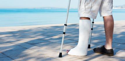 Gips statt Erholung: Krank im Urlaub! Was tun?