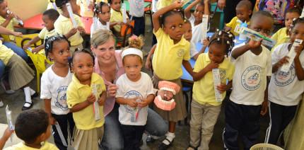 Dentalhygienikerin fördert Mundgesundheit in der Karibik