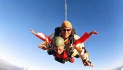 Mitreißender Fallschirmsprung: Kommt eine Prothese geflogen …