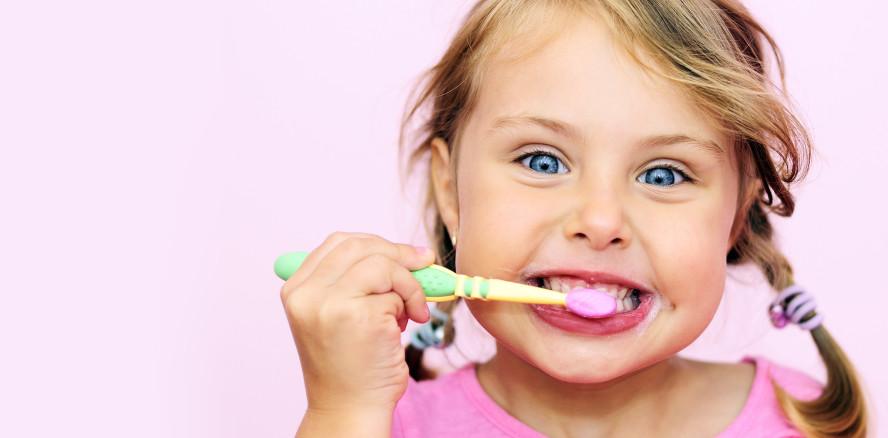 Bohne statt Erbse: Viele Kinder putzen mit zu viel Zahnpasta