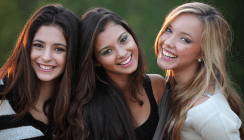 Schiefe Zähne können beim Lachen hemmen