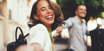 Lachen als Stresspuffer – auch ein Lächeln hilft