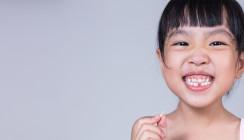 Kinder freuen sich über den Verlust des ersten Milchzahns
