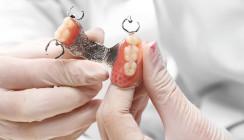 Umfrage: Patienten beklagen den schlechten Halt von Prothesen