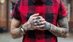 Wirken Mediziner mit Tattoos weniger kompetent?