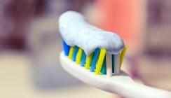 Risiko Zahnpasta: Triclosan kann sich in Zahnbürsten ablagern