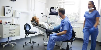Ärger nach Zahnersatz: Kasse muss Kosten nach Arztwechsel zahlen