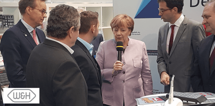 Bundeskanzlerin Angela Merkel zu Besuch bei W&H-Handelspartner