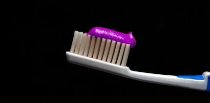 Mit lila Zahnpasta zu weißeren Zähnen