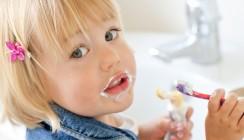 Kind muss Zahnpasta ausspucken können