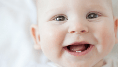 Baby kommt mit Zähnen zur Welt