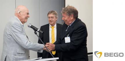 Joachim Weiss wird zum Ehrenmitglied der PAZ ernannt
