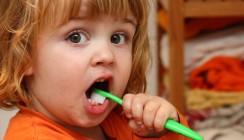 Klebe-Polymer macht Kinderzähne kariesanfälliger