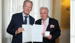 Kieferorthopäde erhält Österreichisches Ehrenkreuz