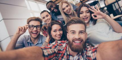 Wie Freunde und Familie unsere Mundgesundheit beeinflussen