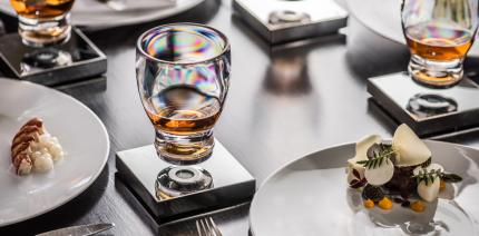 Küchenutensil der besonderen Art: Das schwebende Glas