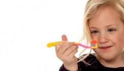 Kinderzähne nicht gleich mit normaler Zahnpasta reinigen