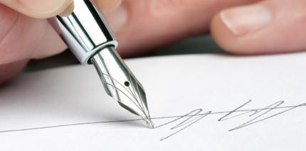 Patienten unterschreiben gegen die Kassengebühr