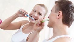Erwachsene putzen Zähne auf dem Niveau von Grundschülern