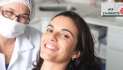 Dentalhygienikerin wird berufsbegleitend fortgebildet