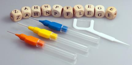 Holz statt Seide: Offene Zahnzwischenräume richtig reinigen