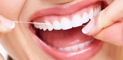 Enge Zahnzwischenräume täglich mit Zahnseide säubern