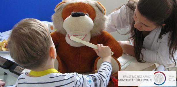 Liebe Puppen, Teddys und Kuschellieblinge – zeigt her eure Zähnchen