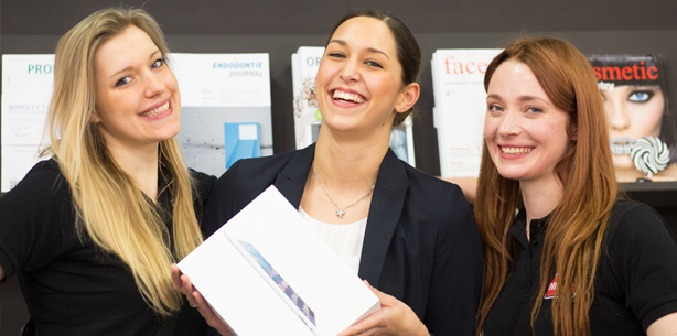 And the winner is … – Jennifer trägt das erste iPad heim