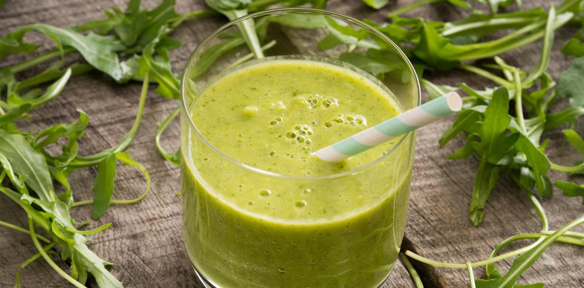 Gemüsesaft aus Rucola und Spinat fördert Zahngesundheit