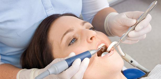 Parodontitis- und Periimplantitistherapie: schmerzfrei, minimalinvasiv, effektiv