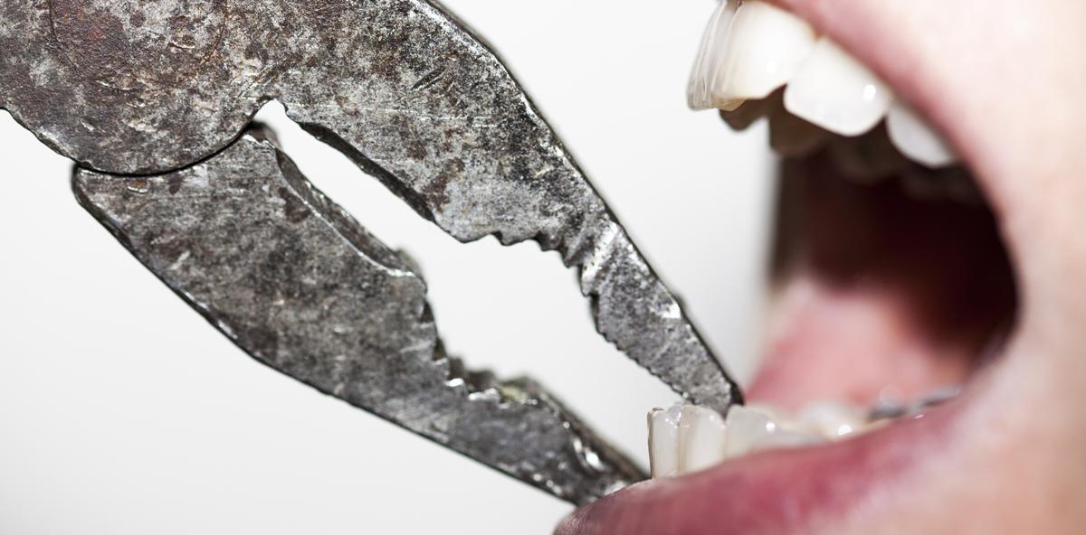 Mann zieht Frau Zähne beim Sex