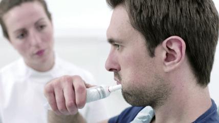 Elektrische Zahnbürste in der Praxis testen